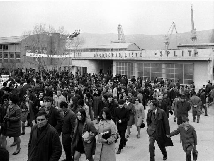 """Brodogradilište """"Split"""", radnici završili posal i idu doma, godina šezdeset i neka."""