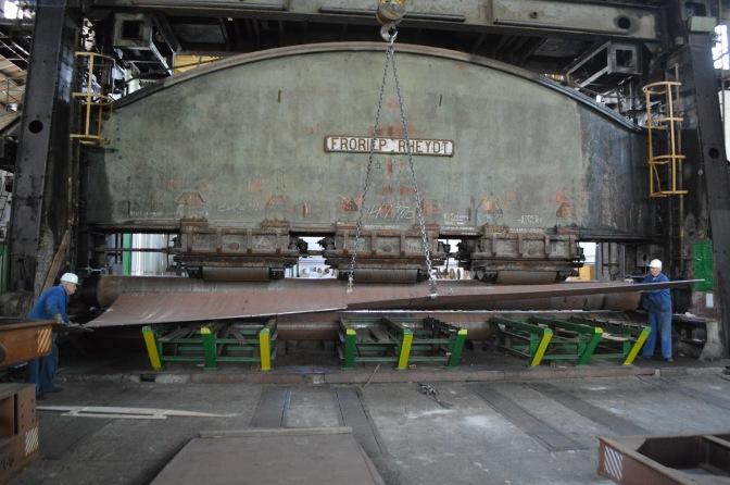 VELIKI VALJAK ZA KRUŽNO SAVIJANJE LIMOVA proizveden 1936. godine u Njemačkoj, a splitskom škveru je isporučen u vidu njemačke ratne reparacije 1952. godine