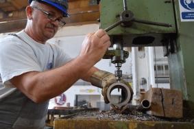 Probijanje zadanih rupa na bukulama na stupnoj bušilici u Brodosplitovoj radionici za cjevarsku izradu